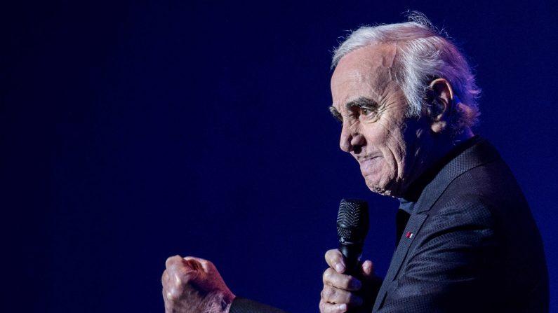 Imagen de archivo muestra al cantante y compositor francés Charles Aznavour durante una actuación en la sala de conciertos de Heineken, en Amsterdam (Holanda) , el 21 de enero de 2016. (EFE/ Ferdy Damman)