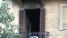 Un intoxicado crítico en el incendio de un piso en Barcelona es detenido como presunto causante del fuego