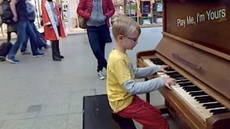 Es increíble el talento de este niño al piano ¡toca una pieza de Chopin muy difícil con solo 8 años!