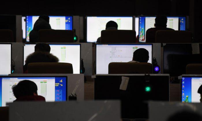 Estudiantes toman un examen en una sala de computación de una escuela técnica en Jinan, en la provincia de Shandong al este de China el 29 de enero de 2018. (GREG BAKER/AFP/Getty Images)