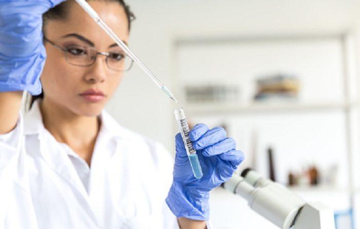 Microbióloga en investigaciones de laboratorio. ((PASCAL PAVANI/AFP/Getty Images)