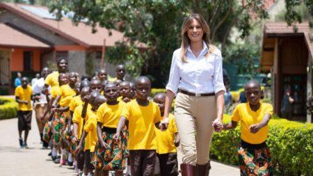 Imágenes del viaje de Melania Trump a África revelan su singular estilo de belleza