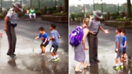 La escena de un policía saltando en un charco como un niño se robó los corazones de las redes