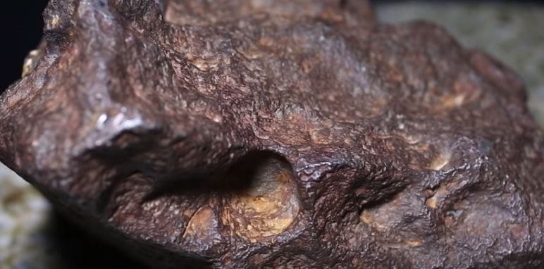 Meteorito de Edmore, por 30 años sirvió para afirmar una puerta (Captura de Vídeo Universidad Central de Mitchigan)