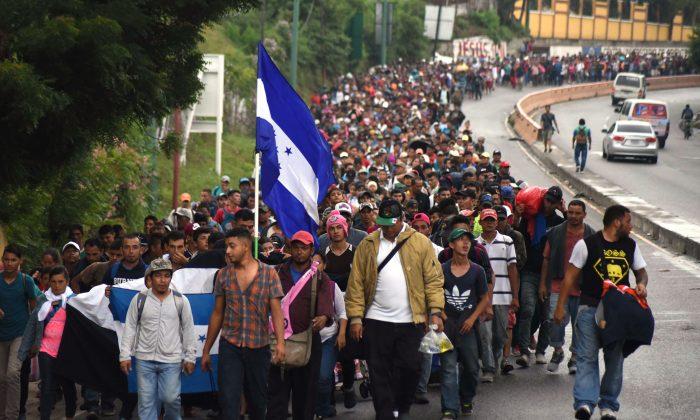 Hondureños y otros en la caravana de migrantes se dirigen a los Estados Unidos en Chiquimula, Guatemala, el 17 de octubre de 2018. (ORLANDO ESTRADA/AFP/Getty Images)