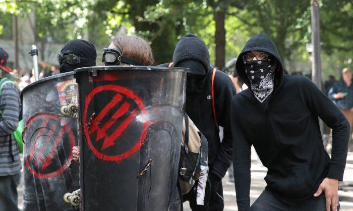 La policía se enfrenta con miembros de 'Antifa' y manifestantes anti Trump el 4 de junio de 2017 en Portland, Oregon. La izquierda siempre recurre a la violencia para lograr su objetivo, luego de agotar todos los otros medios posibles. (Scott Olson/Getty Images)