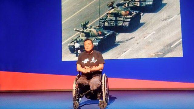 Un tanque lo dejó sin piernas, pero no deja de contarle al mundo la verdad de la masacre de Tiananmen