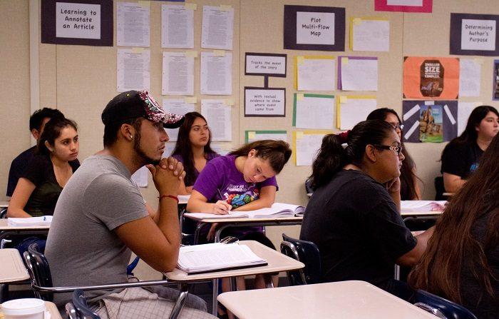 Con respecto a otros grupos étnicos, los latinos en California van de últimos en sus estudios superiores y no formarán parte de la fuerza laboral calificada en el futuro, según alertaron hoy especialistas.EFE/Felipe Chacón