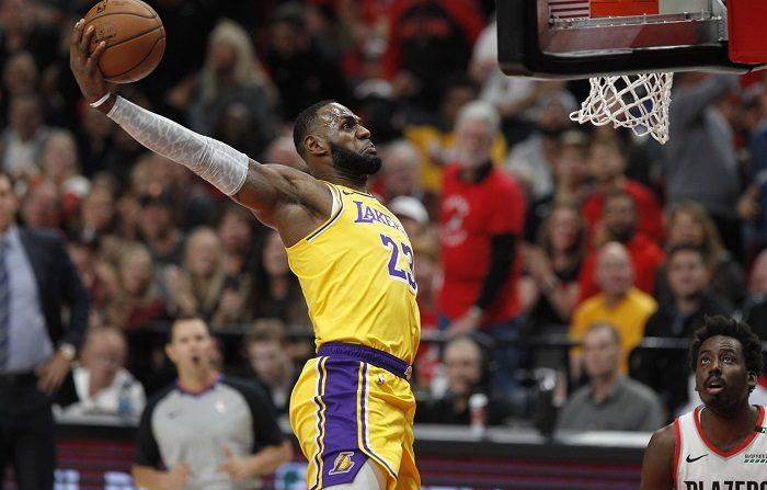110-114. James lidera el ataque balanceado y ganador de los Lakers En la imagen, el alero de los Lakers LeBron James (c). EFE
