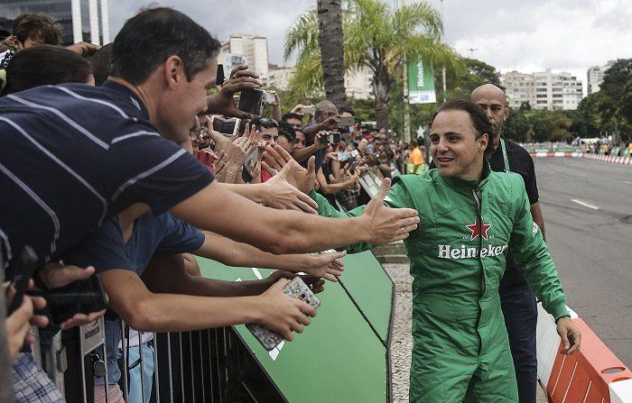 El expiloto de Fórmula Uno, el brasileño Felipe Massa (d), participa en un evento en la playa de Botafogo, zona sur de Río de Janeiro (Brasil). EFE/Antonio Lacerda