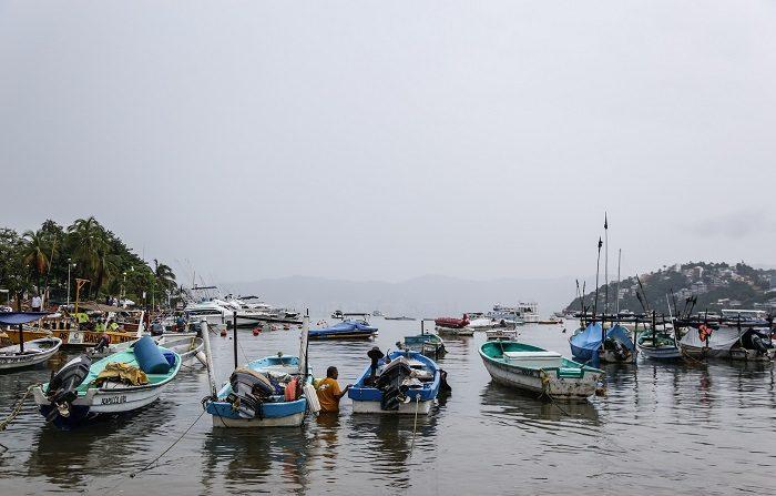 Vista general hoy, del puerto de Acapulco (México). La tormenta tropical Xavier se aproxima hoy a las costas mexicanas a su paso por aguas del Océano Pacífico frente al estado de Colima, informó hoy el Servicio Meteorológico Nacional (SMN). EFE