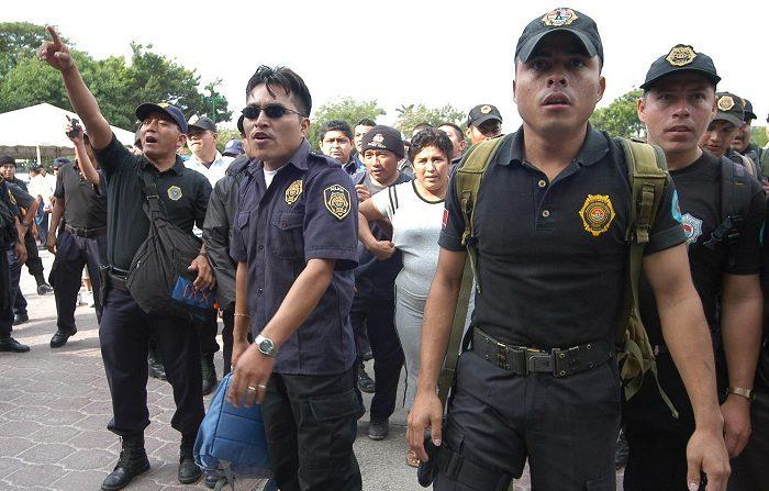 Unos 170 policías municipales denunciaron hoy actos de corrupción por parte de sus altos mandos en el balneario de Cancún y fueron despedidos. EFE/Elizabeth Ruiz