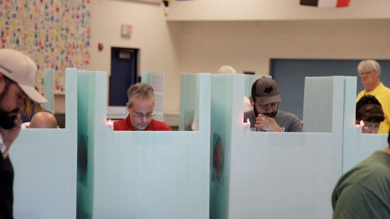 Cierran los primeros colegios electorales en EE.UU. Personas votan durante las elecciones de mitad de periodo hoy, jueves 6 de noviembre de 2018, en el colegio Jack Dailey, en Las Vegas, Nevada (EE.UU.). EFE