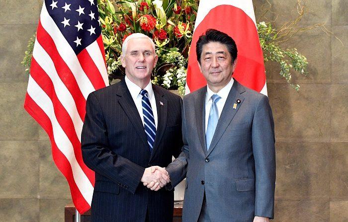El vicepresidente de Estados Unidos, Mike Pence (i) estrecha la mano del Primer Ministro de Japón, Shinzo Abe (d) en Tokio, Japón, el 7 de febrero de 2018, durante la vista de Pence a Japón. EFE/ Archivo. EPA/FRANCK ROBICHON / POOL