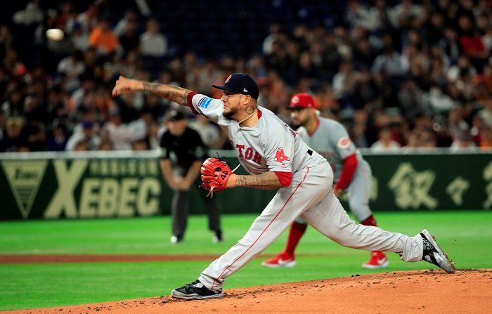 El lanzador mexicano Héctor Velázquez, de los Medias Rojas de Boston, lanza la bola durante la primera entrada del partido disputado entre La Liga Mayor de Béisbol de Estados Unidos (MLB) y los Yomiuri Giants en el estadio Tokio Dome, en Tokio (Japón), hoy, 8 de noviembre de 2018. EFE/ Franck Robichon