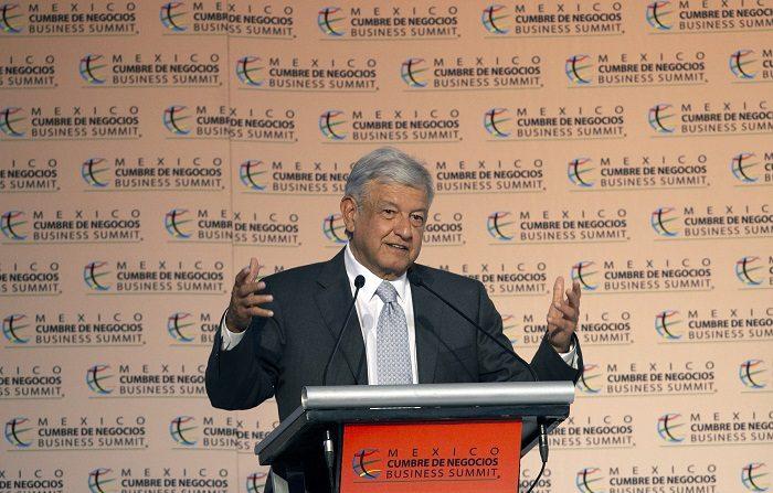 FMI baja previsiones de crecimiento en México a 2,1% en 2018 y 2,3% en 2019 El presidente electo de México, Andrés Manuel López Obrador, durante una conferencia de prensa. EFE/Francisco Guasco