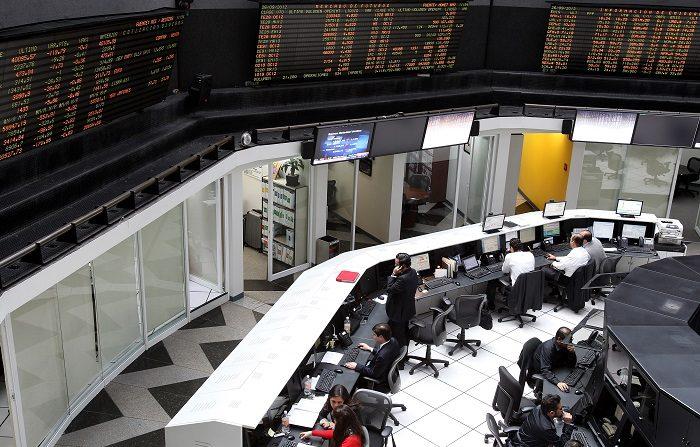 Bolsa México sufre peor caída en 7 años por iniciativa de cobro de comisiones Trabajadores de la Bolsa de Valores de México en Ciudad de México. EFE