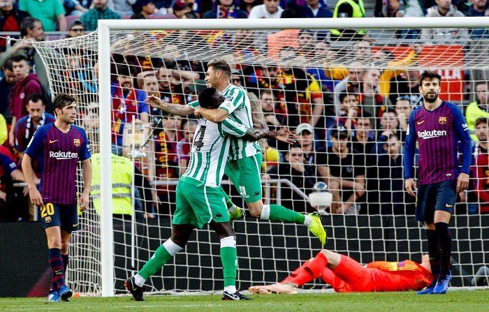 El delantero del Real Betis Balompié Joaquín (c) celebra junto al centrocampista portugués del Real Betis Balompié W.Carvalho (i) el segundo gol de su equipo durante el partido de la jornada 12 de liga en Primera División que se disputa esta tarde en el estadio del Camp Nou entre el FC Barcelona y el Real Betis Balompié. EFE/Quique García