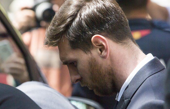 El jugador del FC Barcelona Lionel Messi sale de la Audiencia de Barcelona después de declarar en la tercera jornada del juicio que se sigue contra ellos por tres delitos contra la Hacienda Pública, en una vista en la que el fiscal no ejerce la acusación contra el delantero, mientras la Abogacía del Estado pide 22 meses de prisión. EFE/Quique García
