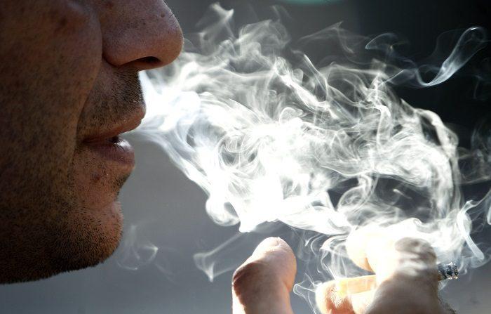 El previsible veto que la Administración de Alimentos y Medicamentos (FDA, por sus siglas en inglés) anunciará la próxima semana, a la venta de cigarros mentolados que arrastró a las empresas tabaqueras en Wall Street, que se dejaban hoy entre un 1,7 % y un 2,7 %. EFE/Hugo Ortuño