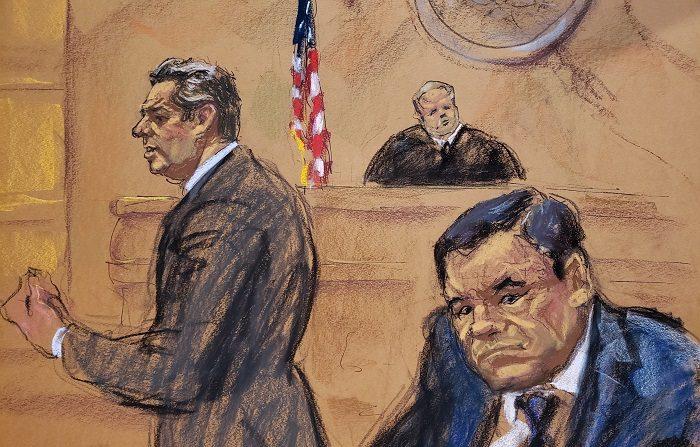 """Reproducción fotográfica de un dibujo realizado por la artista Jane Rosenberg donde aparece el abogado Jeffrey Lichtman (i), mientras presenta sus recursos frente al juez Brian cogan (c) y su cliente el narcotraficante mexicano Joaquín """"El Chapo"""" Guzmán (d), durante el primer día de su juicio hoy, martes 13 de noviembre de 2018, en el tribunal del Distrito Sur en Brooklyn, Nueva York (EE.UU.). El mexicano Joaquín """"el Chapo"""" Guzmán afronta las acusaciones por narcotráfico, que le pueden costar la cadena perpetua, después de que el tribunal de Nueva York haya escogido a los 12 miembros del jurado que dirimirá su culpabilidad. EFE/Jane Rosenberg"""