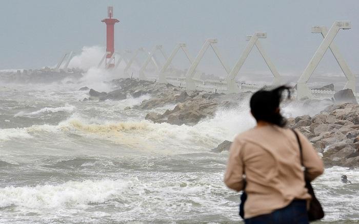 Una mujer observa el alto oleaje hoy en las playas de Coatzacoalcos, en el estado de Veracruz (México). El Servicio Meteorológico Nacional (SMN) de México pronosticó para la noche de hoy y la madrugada del miércoles un frente frío y una tormenta invernal que dejarán nevadas varias cumbres en estados del centro de México. EFE