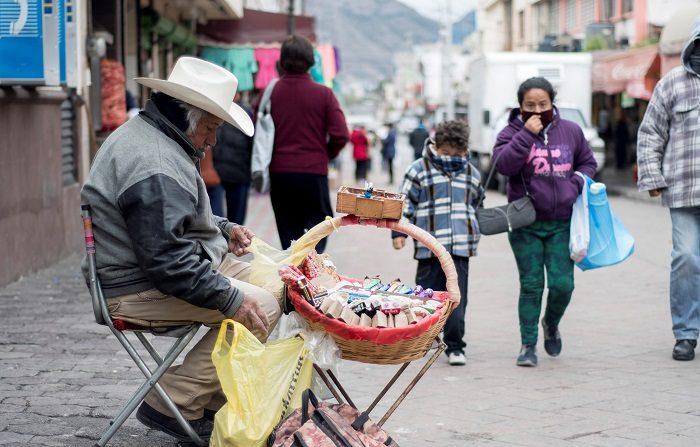 Varias personas se protegen del frío el martes 13 de noviembre de 2018, en la ciudad de Saltillo, en el estado de Coahuila (México). El Servicio Meteorológico Nacional (SMN) de México pronosticó para la madrugada del miércoles un frente frío y una tormenta invernal que dejarán nevadas varias cumbres en estados del centro de México. EFE/Miguel Sierra