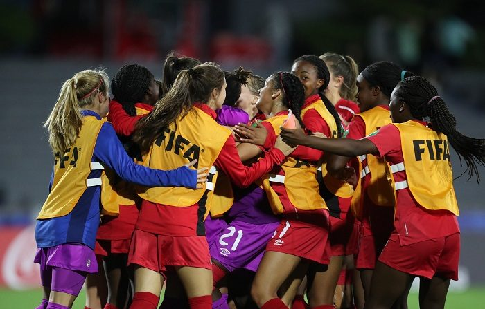 Jugadoras de Canadá celebran tras vencer a Colombia, en un partido del grupo D de la Copa Mundial Femenina Sub-17 entre Colombia y Canadá en el estadio Charrúa en Montevideo (Uruguay). EFE/ Raúl Martínez