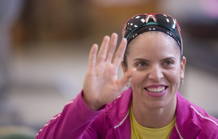La halterista mexicana, Luz Acosta, saluda hoy, viernes 22 de junio de 2012, durante una rueda de prensa en Ciudad de México, donde se informó que ella y Lino Montes representarán al país en la disciplina de levantamiento de pesas en los Juegos Olímpicos de Londres 2012 que comienzan el próximo 27 de julio. EFE/Sáshenka Gutiérrez