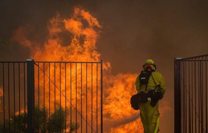"""De acuerdo con los últimos datos, el """"Camp Fire"""" ha destruido más de 12.000 edificios, en su mayoría en la población de Paradise, que quedó completamente engullida por las llamas, y ha quemado 57.500 hectáreas, mientras que los bomberos han logrado contenerlo en un 50 %. EFE/DAVID MCNEW"""