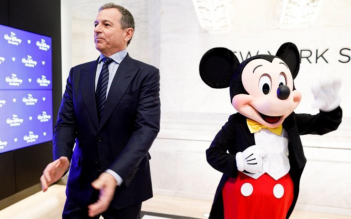 El presidente y consejero delegado de Disney, Bob Iger (i), y Mickey Mouse antes de la apertura de la jornada en la Bolsa de Nueva York (Estados Unidos), en noviembre del año pasado. EFE/ Justin Lane