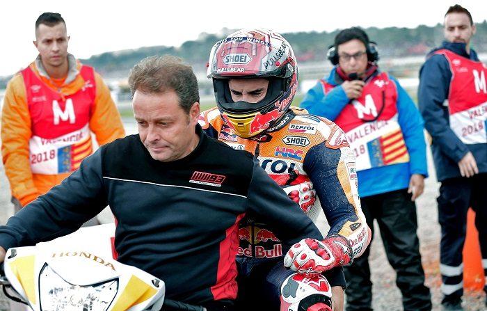"""El español Marc Márquez (Repsol Honda RC 213 V), que logró el quinto mejor tiempo para la carrera de MotoGP del Gran Premio de la Comunidad Valenciana, explicó sobre su caída que """"el problema ha sido al entrar en la grava, porque enseguida he notado algo raro en el hombro"""".  EFE"""