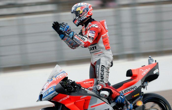 El piloto de Moto GP, Andrea Dovizioso, saluda a la grada tras ganar la carrera en el circuito Ricardo Tormo de Cheste, última prueba del mundial de motociclismo. EFE