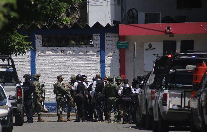 Tres policías estatales y un miembro de la Cruz Roja de México murieron hoy en un ataque armado durante un acto de entrega de ayudas a comunidades del sureño estado mexicano de Guerrero, informaron hoy las autoridades. EFE/David Guzmán