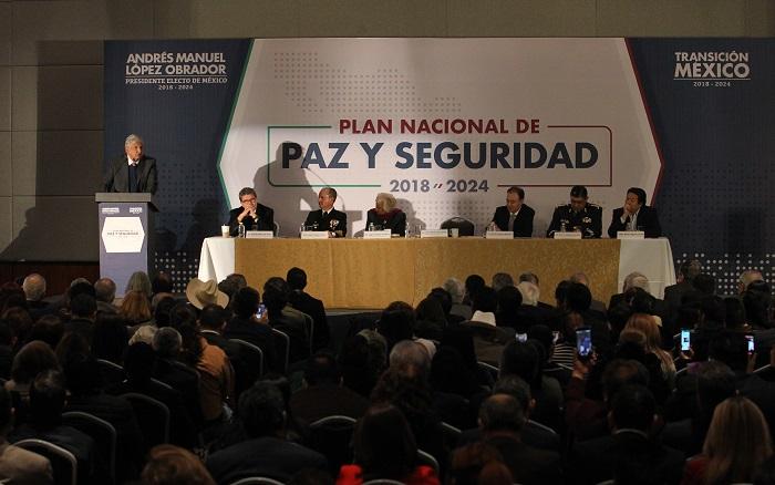 El presidente electo de México Andrés Manuel López Obrador (i), habla en Ciudad de México (México), durante la presentación del Plan Nacional de Paz y Seguridad 2018-2024, entre cuyos ejes está la creación de una Guardia Nacional para combatir la violencia e inseguridad en el país. EFE/Mario Guzmán