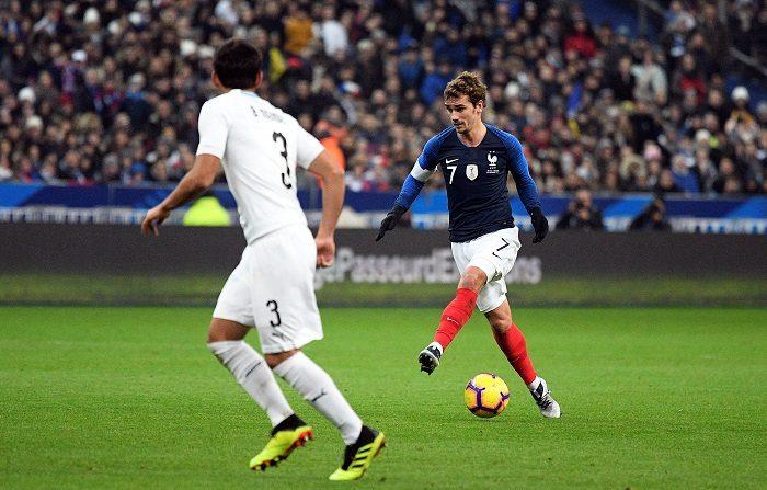 El jugador Antoine Griezmann (d) de Francia disputa el balón con Bruno Méndez (i) de Uruguay ayer, durante un partido amistoso entre Francia y Uruguay, en el Estadio de Francia en Saint-Denis, a las afueras de París (Francia). EFE