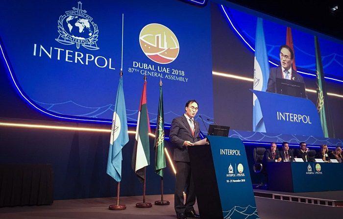 El surcoreano Kim Jong Yang, presidente electo de la Interpol, ofrece un discurso durante la Asamblea General de la organización de Policía internacional celebrada en Dubái (Emiratos Árabes Unidos) hoy, 21 de noviembre de 2018. EFE/Foto cedida por Interpol