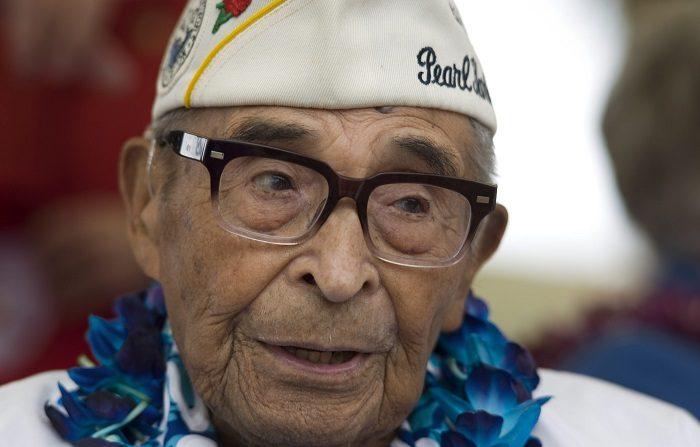 Raymundo Chávez, a los 103 años fue considerado el superviviente de mayor edad del ataque a Pearl Harbor, recibe un homenaje hoy, lunes 25 de mayo de 2015, de las autoridades de San Diego (EE.UU.) en el marco de la ceremonia anual en La Vista Memorial Park. Junto a otros cuatro supervivientes de aquel suceso registrado hace casi 74 años, el veterano de raíces mexicanas recibió la ovación de la comunidad de National City, que agradeció su servicio en las fuerzas armadas norteamericanas. EFE/David Maung