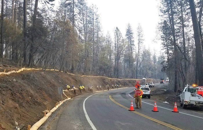 Fotografía cedida por los Bomberos del Condado de Butte que muestra al Cuerpo de Conservación de California mientras se preparan para la lluvia hoy en el Condado de Butte, California (EE.UU.). EFE/Cortesía Bomberos Del Condado De Butte