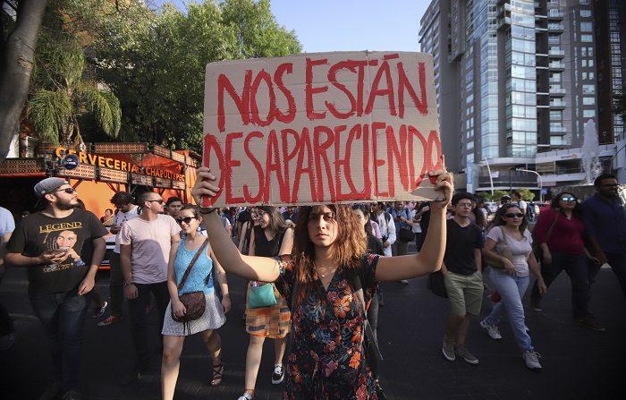 """Estudiantes de la escuela de cine en Guadalajara (México), participan de una marcha hoy, martes 24 de abril de 2018, por el asesinado de 3 de sus compañeros. Con lágrimas, gritos de rabia y de luto la sociedad civil se manifestó hoy en repudio del gobierno de Jalisco (oeste de México) por el caso de los tres estudiantes de cine asesinados por presuntos miembros del crimen organizado. """"Su ausencia nos duele a todos"""", decía la manta que encabezaba la marcha que, desde la recién llamada 'Glorieta de las y los desaparecidos', reunió este día a colectivos de estudiantes, profesores, padres de familia y miembros de la comunidad artística. EFE/Carlos Zepeda"""
