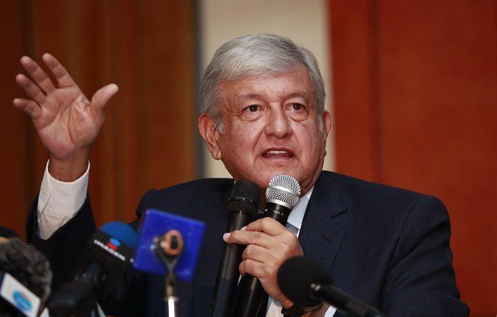 El presidente electo de México, Andrés Manuel López Obrador, perfiló hoy una posible consulta ciudadana sobre la creación de una Guardia Nacional, que integre militares y policías, para el 21 de marzo del próximo año. EFE/José Méndez