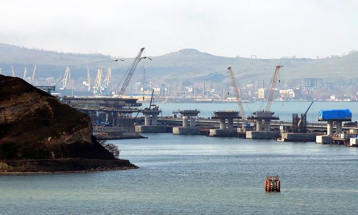 Rusia y Ucrania se enzarzaron hoy en una peligrosa escalada en el mar de Azov con incidentes entre buques de ambos países en alta mar, lo que llevó a Moscú a cerrar unilateralmente el estrecho de Kerch, la única salida al mar Negro. EFE/ Yuri Kochetkov / Pool