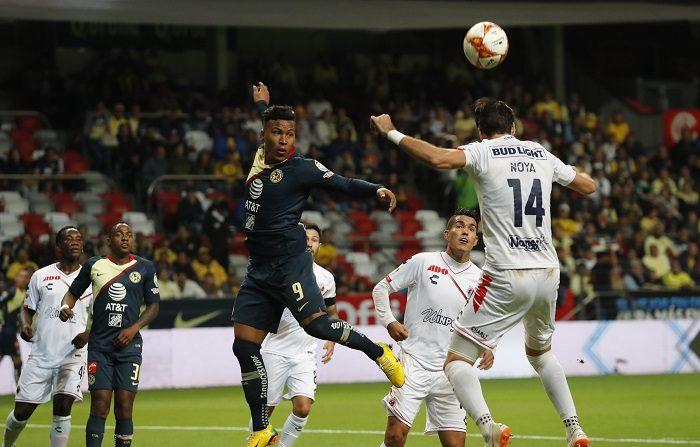 El jugador Roger Martínez (i) del América disputa el balón con Rodrigo Noya (d) de Veracruz durante un juego de la jornada 17 del Torneo Apertura en el estadio Nemesio Diez de la ciudad de Toluca (México). EFE/Jorge Núñez