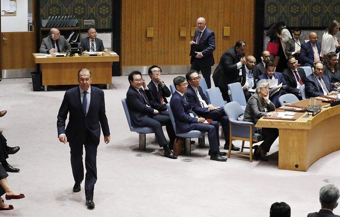 El ministro de Asuntos Exteriores de Rusia, Serguéi Lavrov (iz), sale de una reunión del Consejo de Seguridad de la ONU. EFE/Archivo