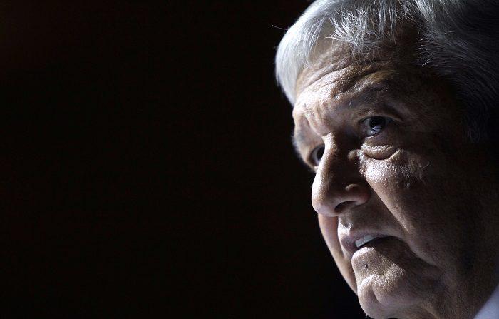La aprobación de la población mexicana al presidente electo, Andrés Manuel López Obrador, bajó de 64,6 % en agosto a 55,6 % en noviembre, de acuerdo con una encuesta nacional del periódico El Universal publicada hoy. EFE/Sáshenka Gutiérrez