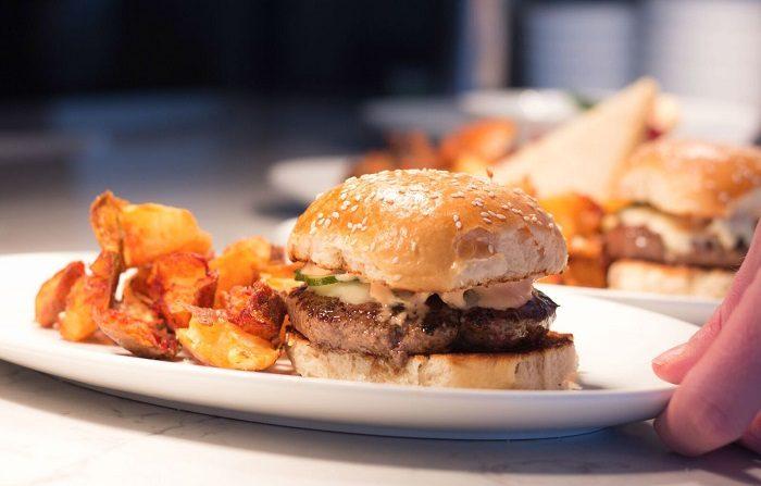 El 94 % de los estadounidenses bota 250 libras de comida a la basura en promedio por persona cada año, según un informe publicado hoy por la Asociación Lechera Estadounidense del Medioeste.  EFE/Alicia L. Pérez