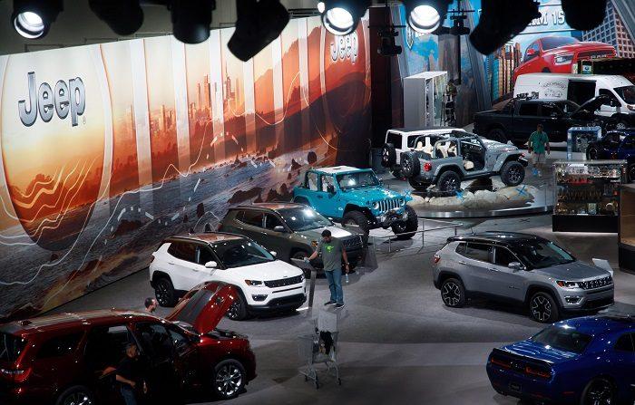 Los trabajadores preparan la sala de exposiciones hoy antes del Auto Show Automobility LA en Los Ángeles, California (EE. UU.). El espectáculo contará con más de 60 lanzamientos de vehículos.  EFE/Eugene Garcia