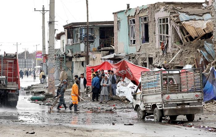 Operarios municipales trabajan en el lugar tras el atentado suicida con coche bomba perpetrado en Kabul (Afganistán). Imagen de archivo de EFE/ Hedayatullah Amid