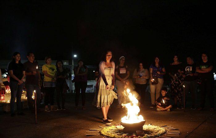 Un grupo de mujeres participa en un ritual maya en memoria de las víctimas de la violencia en El Salvador . EFE/Archivo