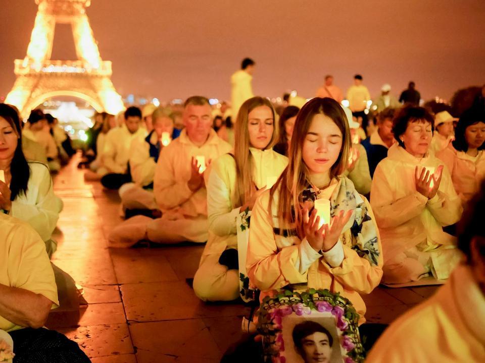 Vigilia el 30 de septiembre de 2017 en la Place du Trocadero de París en recuerdo de los practicantes de Falun Dafa perseguidos en China. (Crédito: Minghui.org)
